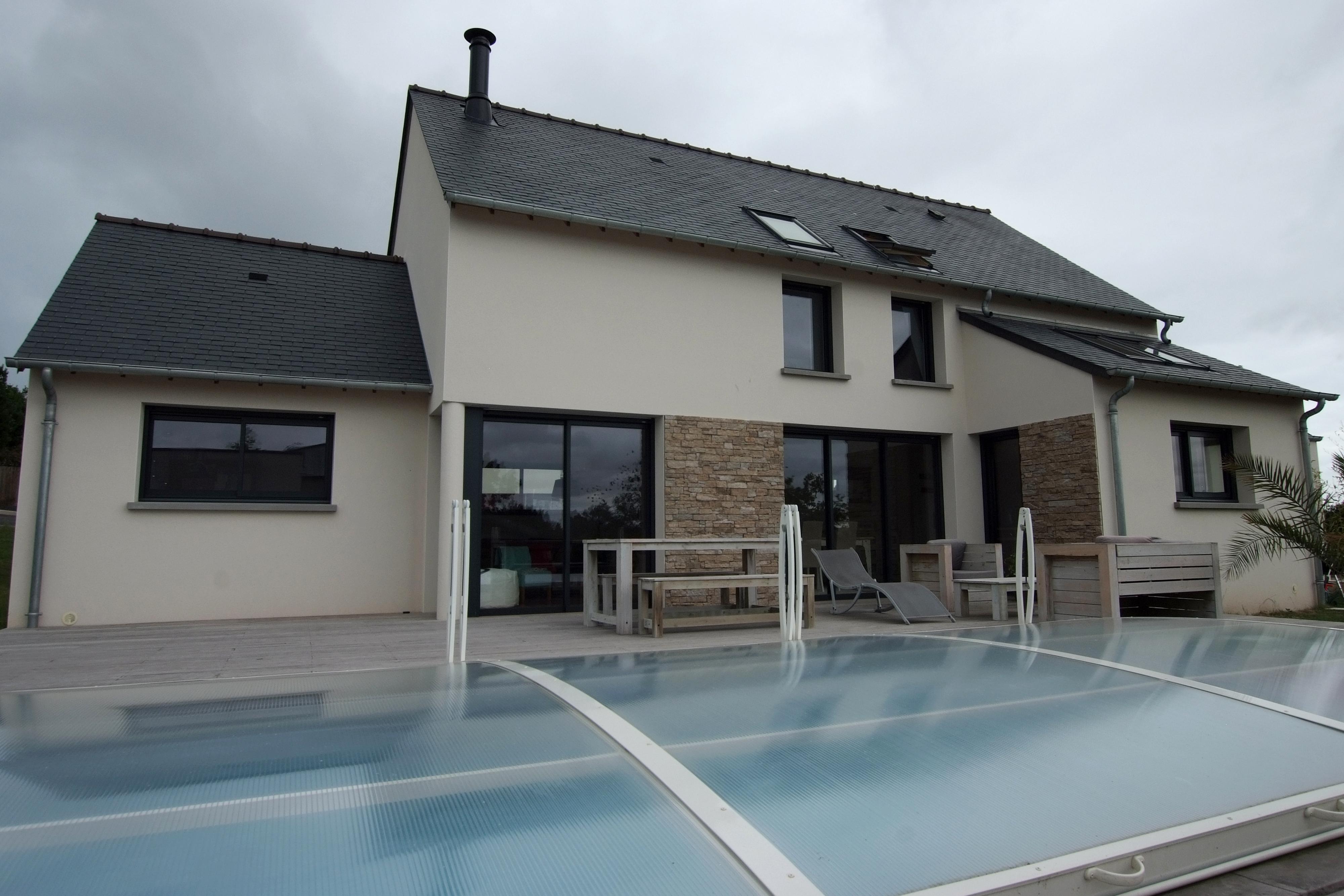 Maison double pente ardoises naturelles avec piscine for Double maison