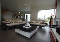 Vue espace salon donnant sur terrasse