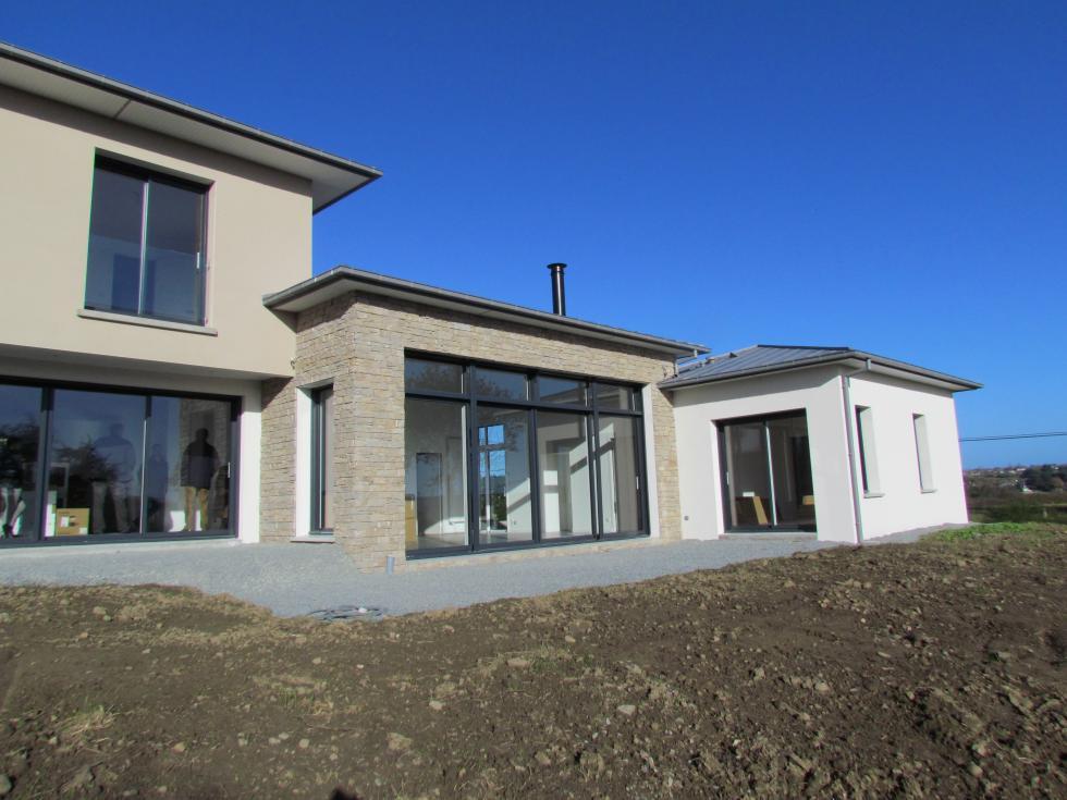 Maison toiture zinc quatre pents lancieux for Maison moderne zinc